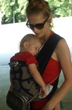 Μωράκι που κοιμάται στην αγκαλιά