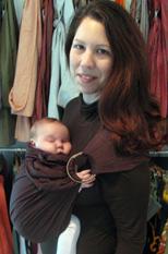 Μωράκι που κοιμάται ήσυχα σε μάρσιπο αγκαλιάς sling