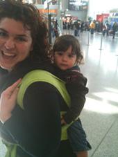 Αεροδρόμια και βαλίτσες είναι ευκολότερα με το μωρό στο μάρσιπο!