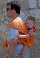 Ο μπαμπάς φοράει το μωρό του στην πλάτη με μάρσιπο wrap