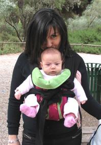 """Το μωρό βλέπει τον κόσμο απ' το μάρσιπο!"""" width=""""198"""" height=""""283"""" hspace=""""5"""" align=""""right"""" title=""""Το μωρό βλέπει τον κόσμο απ' το μάρσιπο! Ποδαράκια έξω και σωστή θέση για τα ισχία!"""