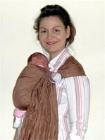 Νεογέννητο μωρό σε μάρσιπο αγκαλιάς