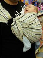 """Νεογέννητο μωράκι σε μάρσιππο αγκαλιάς"""" title=""""Νεογέννητο μωράκι σε μάρσιππο αγκαλιάς"""