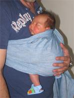 """Νεογέννητο μωρό σε μάρσιπο sling"""" title=""""Νεογέννητο μωρό σε όρθια θέση σε μάρσιπο sling"""