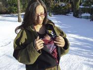 Νεογέννητο μωράκι με τη μαμά στα χιόνια