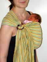 Μωράκι σε όρθια θέση σε μάρσιπο