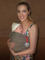 Νεογέννητο μωράκι σε μάρσιπο αγκαλιάς σλινγκ