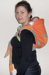 Νεογέννητο μωράκι στην πλάτη με μάρσιπο mei tai