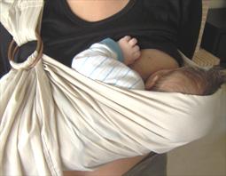 Νεογέννητο μωράκι που θηλάζει σε ring sling