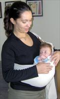 Μωρό ξαπλωμένο σε μάρσιππο αγκαλιάς