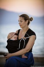 Όμορφη μαμά με το μωρό της σε μάρσιπο sling