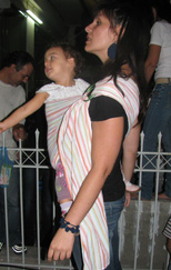 Παρακολουθώντας παράσταση με το μωρό σε μάρσιπο sling