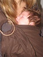 Ήρεμα και ήσυχα μωράκια χωρίς κολικούς σε μάρσιπο αγκαλιάς!