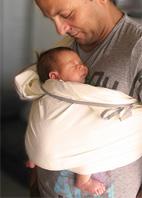 Νεογέννητο μωρό κοιμάται σε ring sling στην όρθια θέση