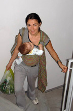 Στη σκάλα με το μωρό στο μάρσιπο ring sling και τα χέρια ελεύθερα