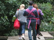 Περπάτημα μαζί με το μωρό σε μάρσιπο sling