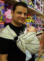 Μπαμπάς και μωρό σε ring sling