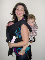 Η νεογέννητη κόρη μου μπροστά σε wrap και ο 18 μηνών γιος μου πίσω σε mei tai