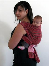 Μικρό μωράκι στην πλάτη με μάρσιπο sling