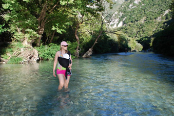 Διασχίζοντας το ποτάμι με το μωρό στο μάρσιπο!