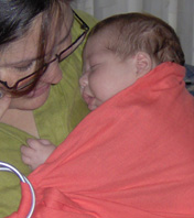 Νεογέννητο μωρό σε sling