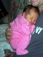 Το νεογέννητο μωράκι διπλώνει μόνο του τα πόδια του σα βατραχάκι
