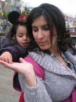 Ένα μωρό σε μάρσιπο μαθαίνει!