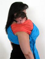 """Θέση ρεψίματος στον ώμο για νεογέννητα μωράκια"""" title=""""Θέση ρεψίματος στον ώμο για νεογέννητα μωράκια με μάρσιπο sling"""