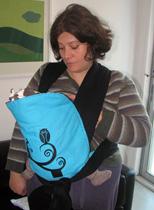 Η μαμά θηλάζει το μωρό της στο Mei tai Αστεράκι sling