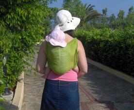 Μαμά με το μωρό στην πλάτη, με καπέλα κάτω απ' τον ήλιο!