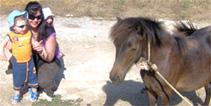 Βλέπουμε τα ζώα στη φάρμα, τα μωρά είναι ασφαλή με τη μαμά