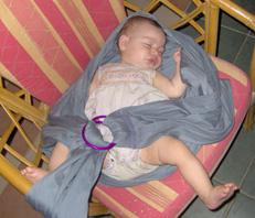 Βγάζουμε το sling απ' τη μαμά, ότι το μωρό απ' το sling, κι εκείνο δεν ξυπνάει!