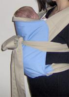 Στο mei tai, το μωρό μένει όρθιο, θέση που βοηθάει τα μωρά με Γ.Ο.Π.