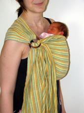 πρόωρο μωρό σε μάρσιππο ring sling σε όρθια θέση