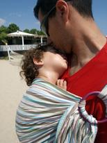 Φιλάκι απ' τον μπαμπά στην κόρη του