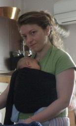 Δουλειές στο σπίτι με το μωρό σε μάρσιπο
