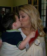 Φιλάκια με το μωρό αγκαλιά