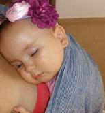 Μωράκι που κοιμήθηκε ήρεμα σε sling