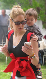Στην πλάτη της μαμάς βλέπουμε το iphone