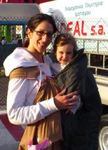 Μαμά και κόρη με μάρσιπο