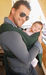 Μπαμπάς και μωρό αγκαλιά