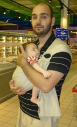 Ο μπαμπάς με το μωρό στο supermarket