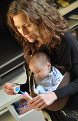 Μωράκι που παίζει με τη μαμά