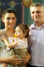 Όμορφη οικογένεια στη βάφτιση του μωρού