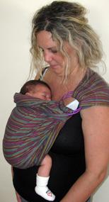 Νεογέννητο μωρό σε μάρσιπο sling