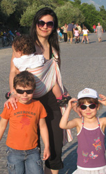 Με τρία παιδιά και το μωρό σε μάρσιπο sling