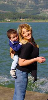 Στη θάλασσα με το μωρό στην πλάτη