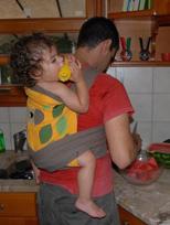 Το μωρό τρώει ενώ ο μπαμπάς δουλεύει