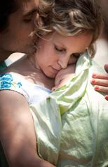 Μετά τη βάφτιση, το μωρό ηρέμησε στην αγκαλιά της μαμάς και του μπαμπά