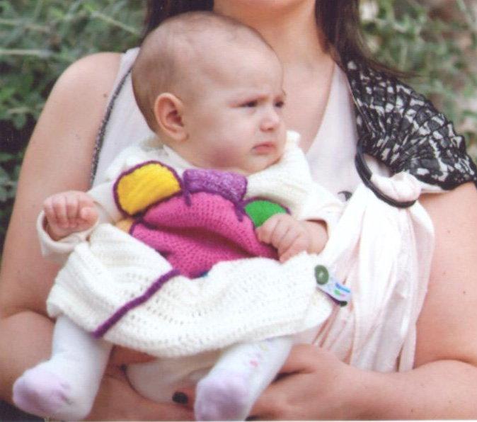 μωρό σε μάρσιπο αγκαλιάς κοιτάει μπροστά